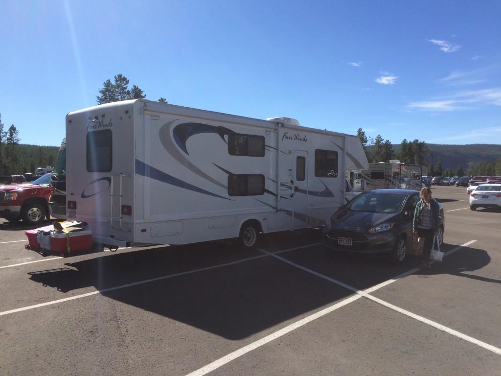 Unser Auto neben einem der tausenden RVs die hier (Yellowstone) herum cruisen