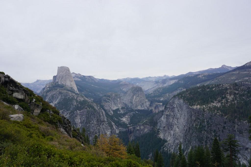 Aussicht vom Panorama Trail, man sieht die Steilwand vom Halfdome