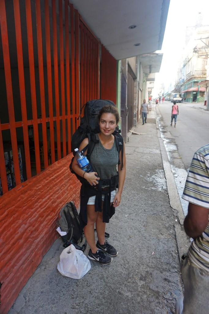 Lisa wartet vollbeladen vor unserer Casa auf das Taxi