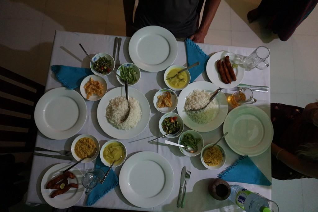 Reis und Curry sieht hier in Sri Lanka so aus: Reis und viele kleine verschiedene Beilagen (Dhal, Curry,..)