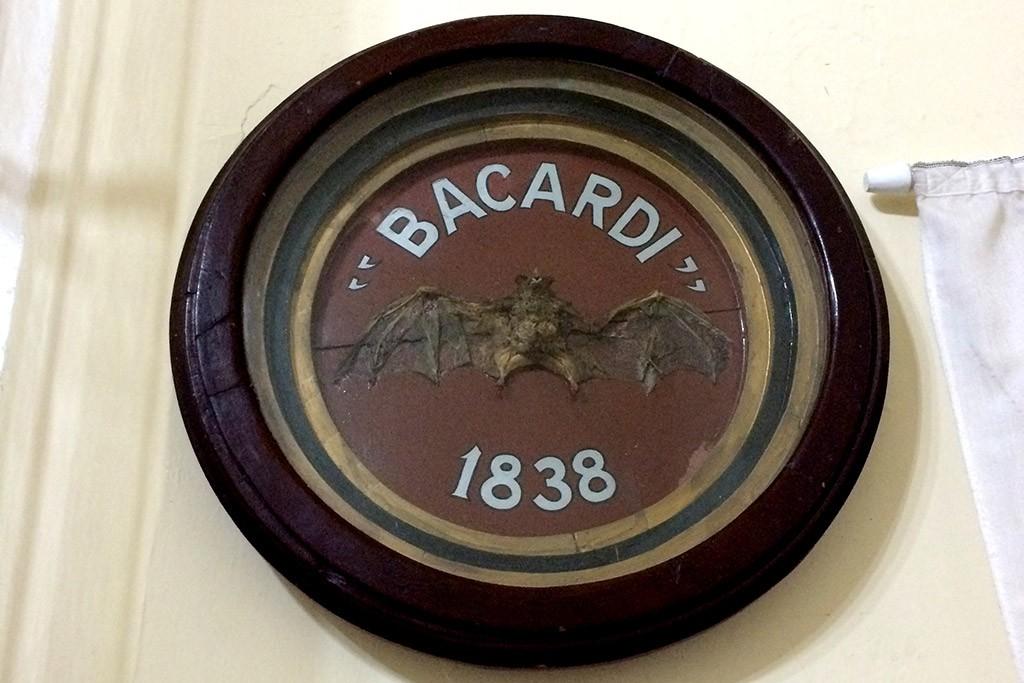 Das originale Bacardilogo mit der Fledermaus aus der Fabrik