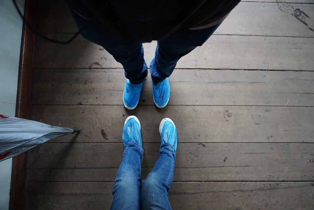 Wir haben unsere Schuhe in Plastik gepackt um sie vor zu viel Gatsch zu schützen.