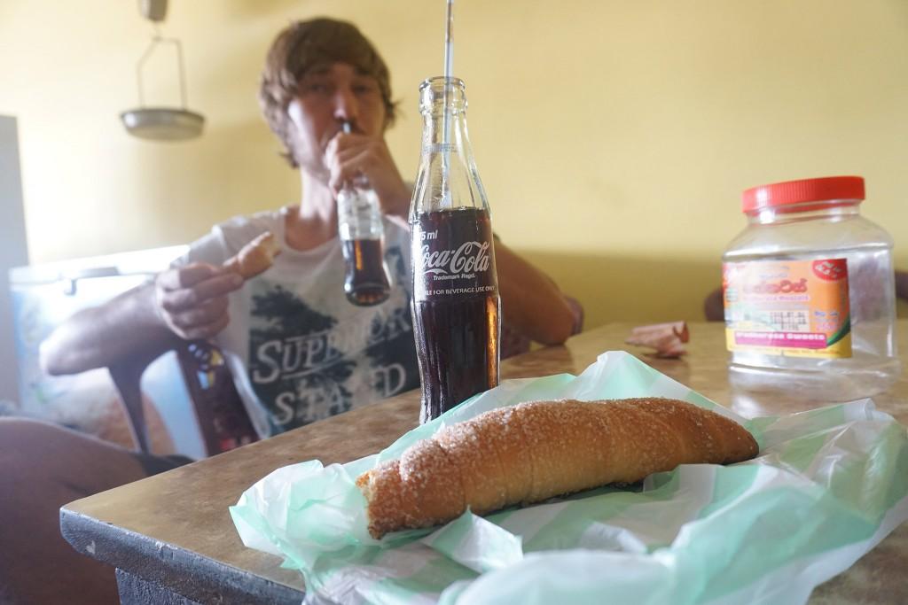 Nahrhaftes Frühstück mit eisgekühltem Coca Cola
