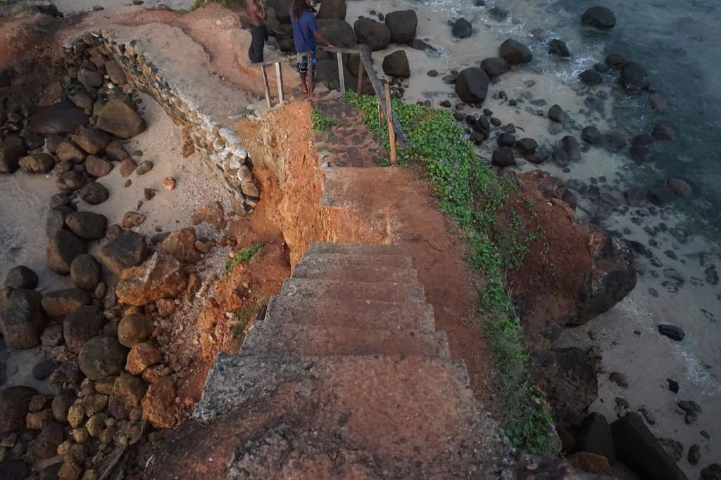 Hier gibt es einen Felsen, den man mit diesen Stufen besteigen kann...