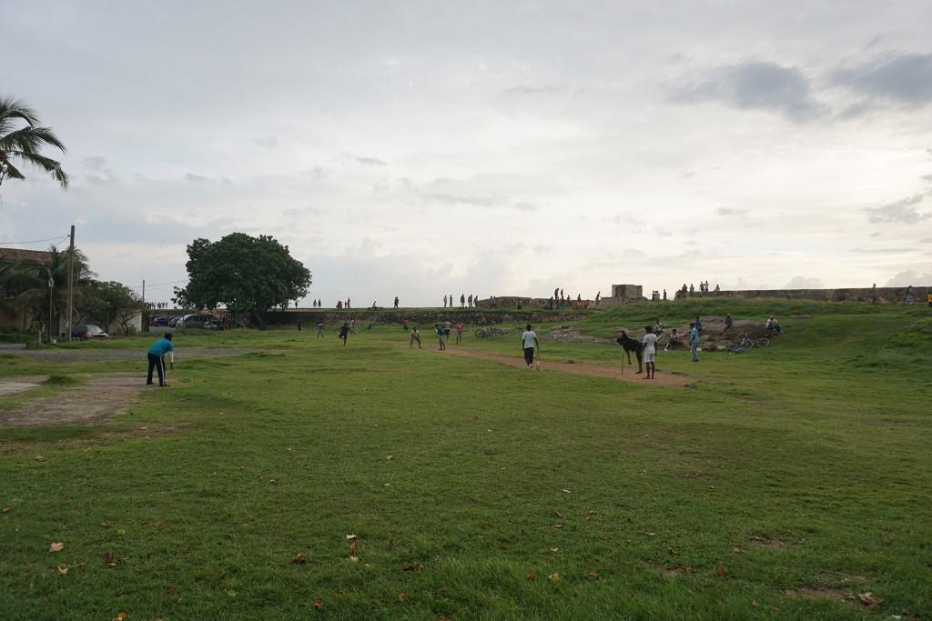 Sri Lanker am Cricket spielen