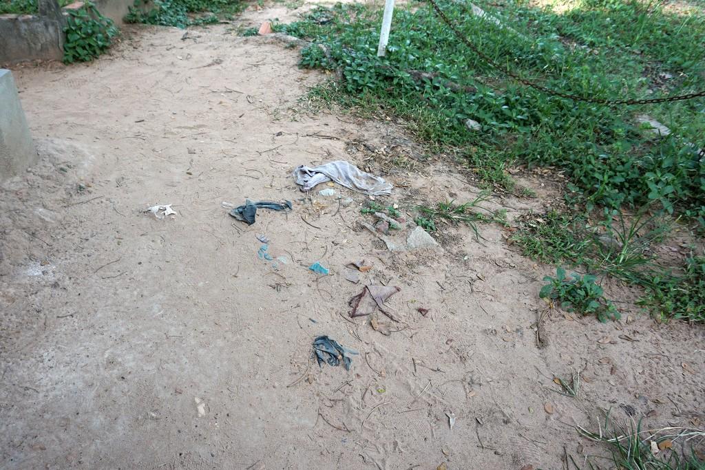 Überall wandern immer noch Kleidungs- und Knochenreste an die Erdoberfläche