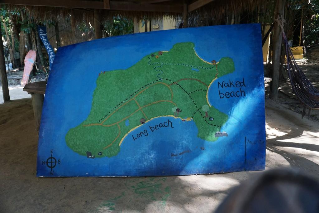 Am Long Beach am linken Ende ist unser Camp. Die Party steigt bei der Hütte oberhalb vom Naked Beach (roter Pfad)