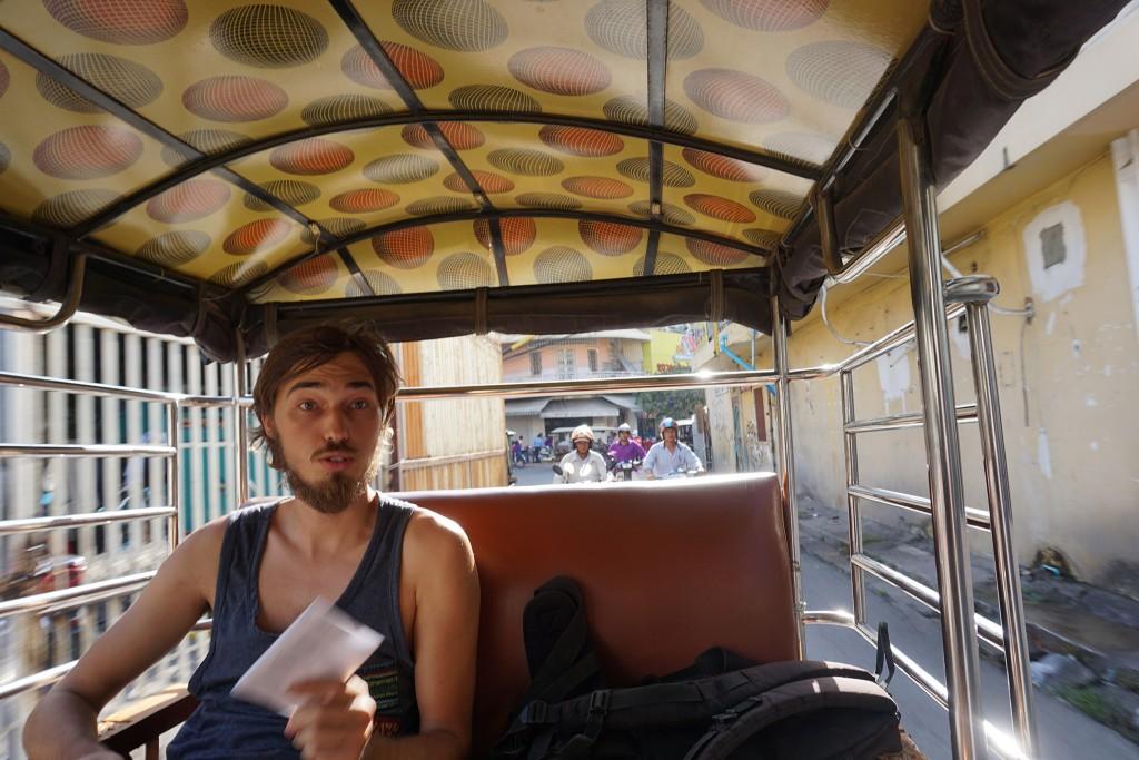 Wir hetzen mit dem Tuktuk durch Phnom Penh zu unserem Taxi