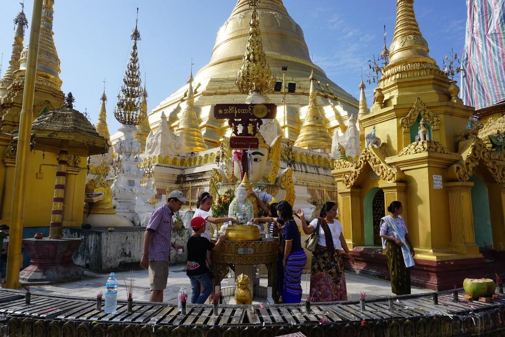 Buddhas werden mit Wasser übergossen und wir sind eifersüchtig auf die Dusche