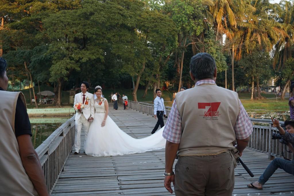 Wie so oft in Südostasien, werden wir auch hier Zeugen eines Hochzeits-shootings