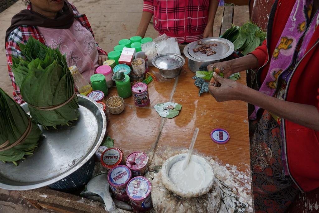 Betelnüsse werden mit irgendeinem Kleister zusammen in ein Blatt gesteckt und zum Kauen verkauft