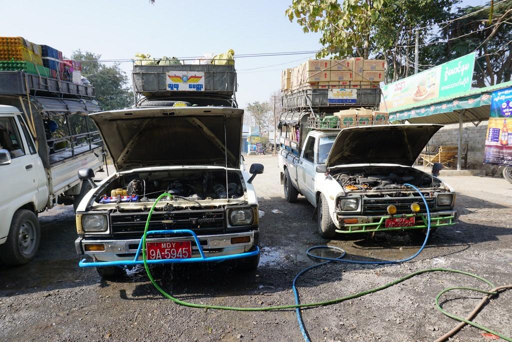 Die Autos werden in der Mittagspause mit Wasser gekühlt