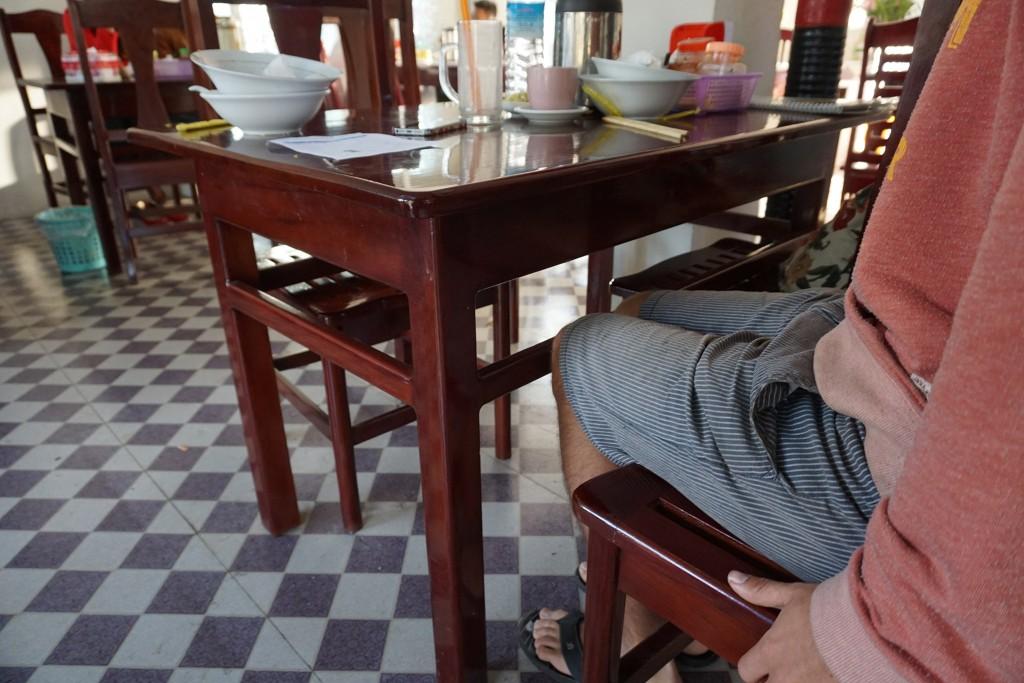 Die Tischbauweise hier ist nicht gerade durchdacht