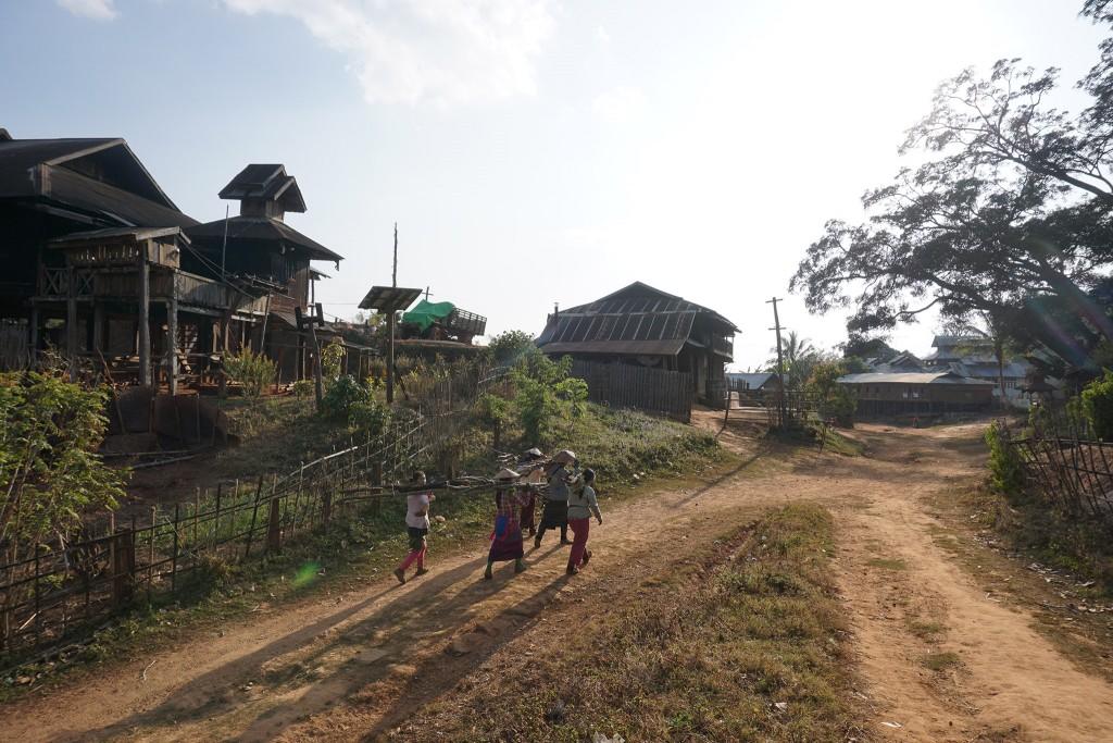 Frauen bringen Feuerholz ins Dorf