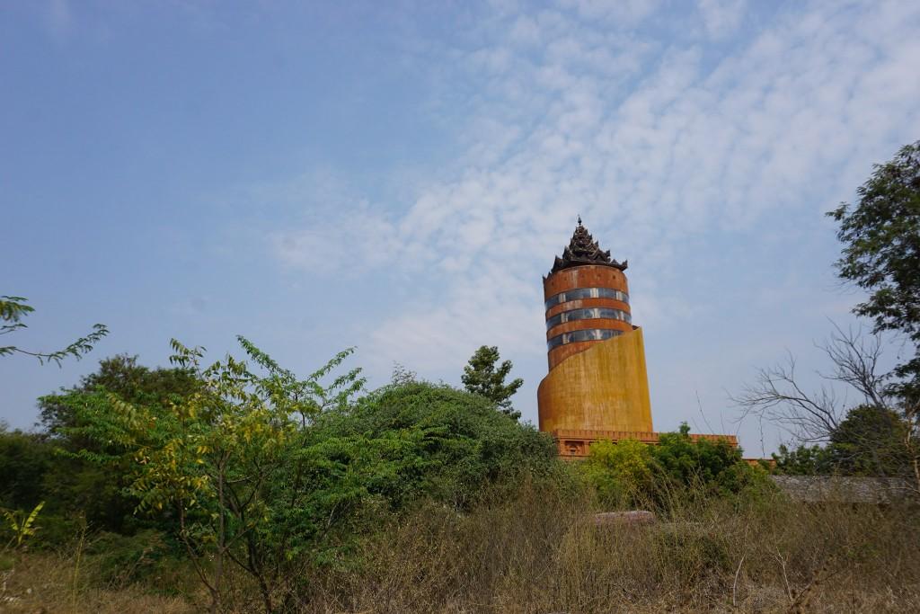 Dieser hässliche Tower ist wohl einer der vielen Gründe weshalb die Unesco Bagan nicht ins Weltkulturerbe aufnehmen will.
