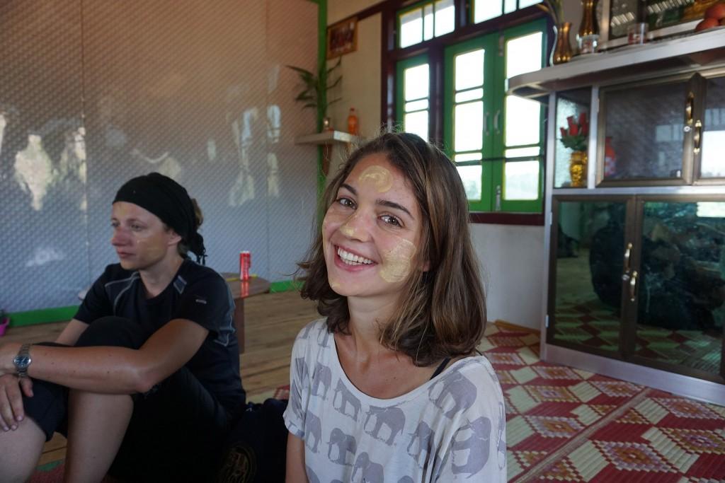 Lisa mit Thanaka, die Farbe/Creme die sie sich hier überall ins Gesicht schmieren (angeblich gesund)