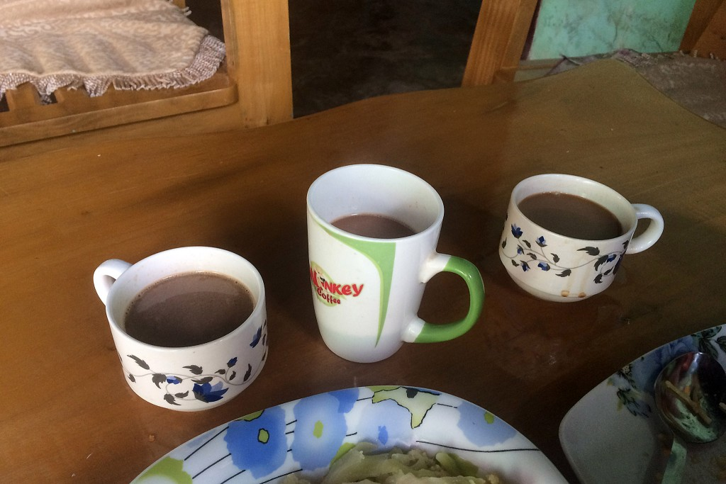 Unsere Tassensammlung bevor wir endlich die gewünschte leere Tasse bekommen. (Wie man sieht unterscheiden sich hier Kaffee und Schwarztee farblich nicht wirklich)