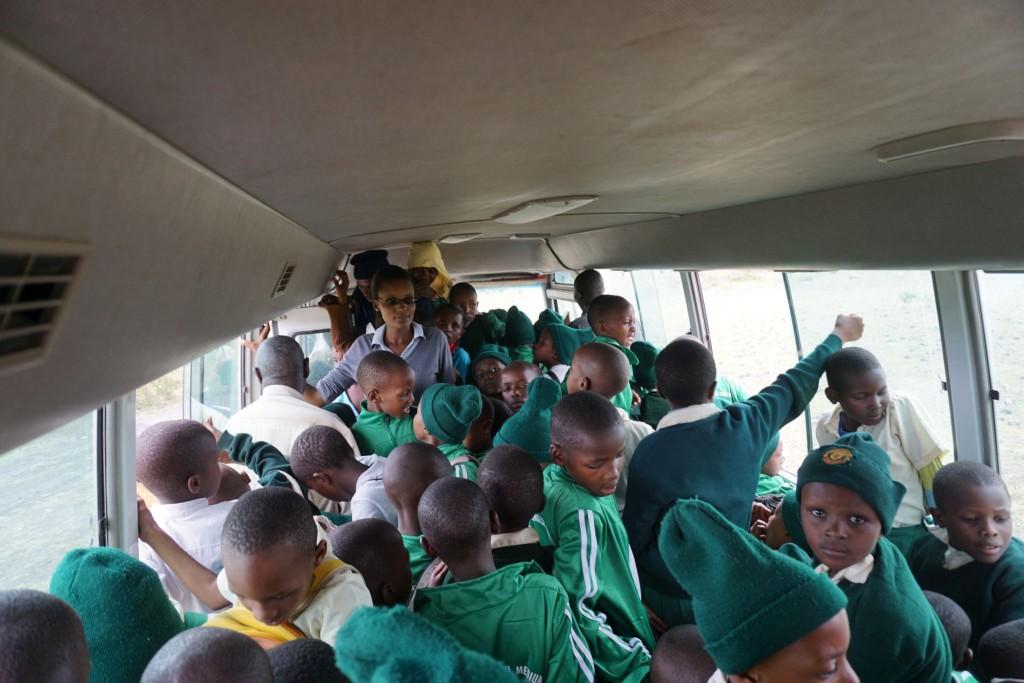 mit dem Schulbus geht es ins nächste Dorf zum Markt