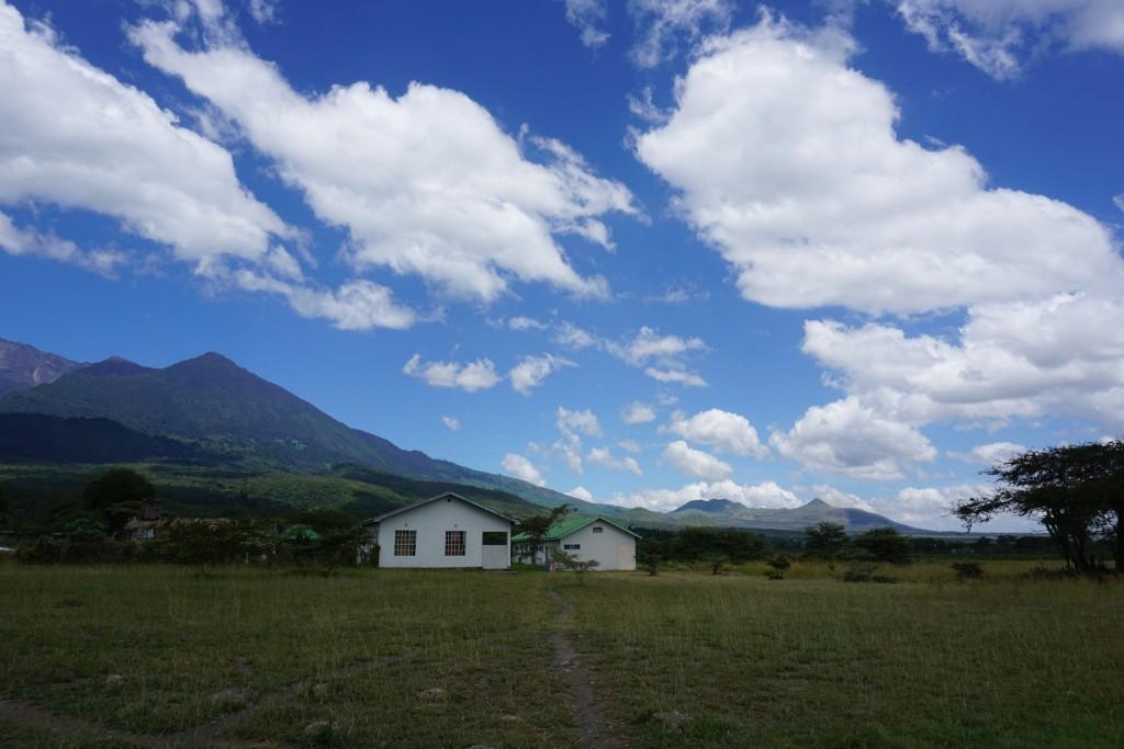 Die Ärzteunterkünfte links und rechts meine Unterkunft. (Die Helferhäuser sind gleich dahinter) und der Mt. Meru im Hintergrund