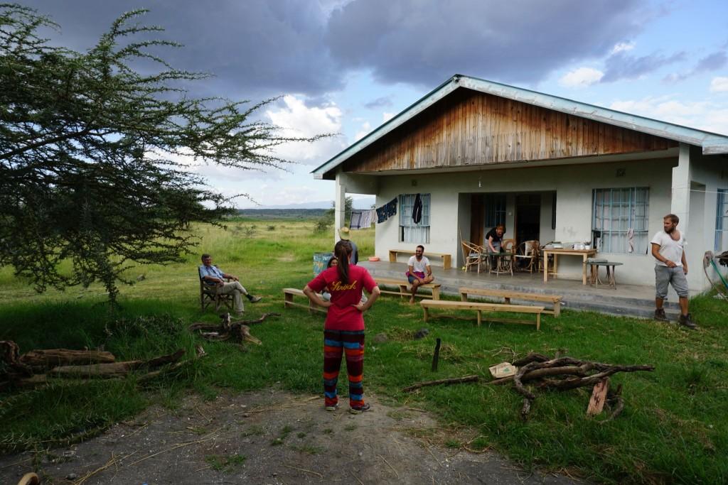 Blick von meiner Terrasse aus: Alle warten auf die Massai. (zwischen meinem und dem anderen Helferhaus)