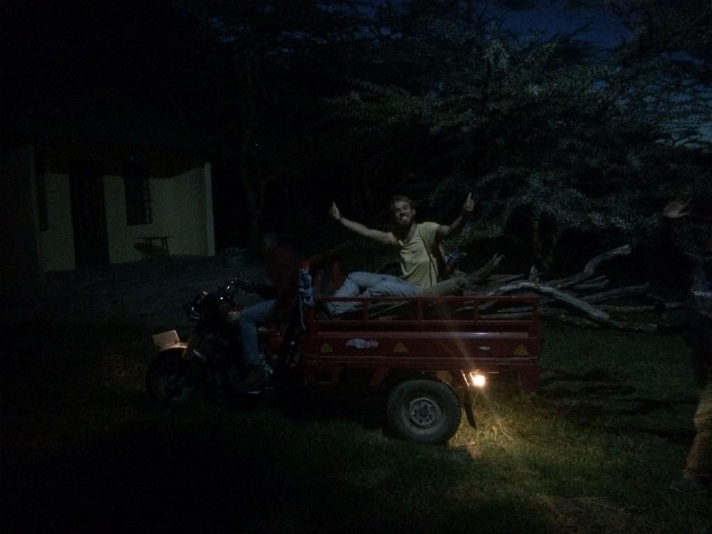 Felix bringt Feuerholz für die Feier